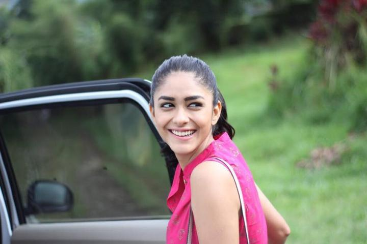 Mrunal Thakur Wiki, Age, Weight, Height, Family & More