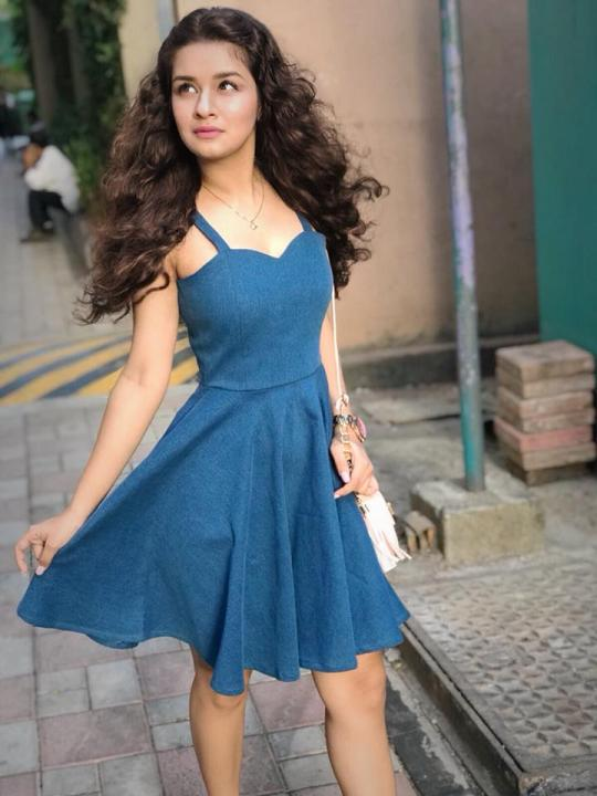 Avneet Kaur Wiki, Biography, Education, School, Net Worth, Parents
